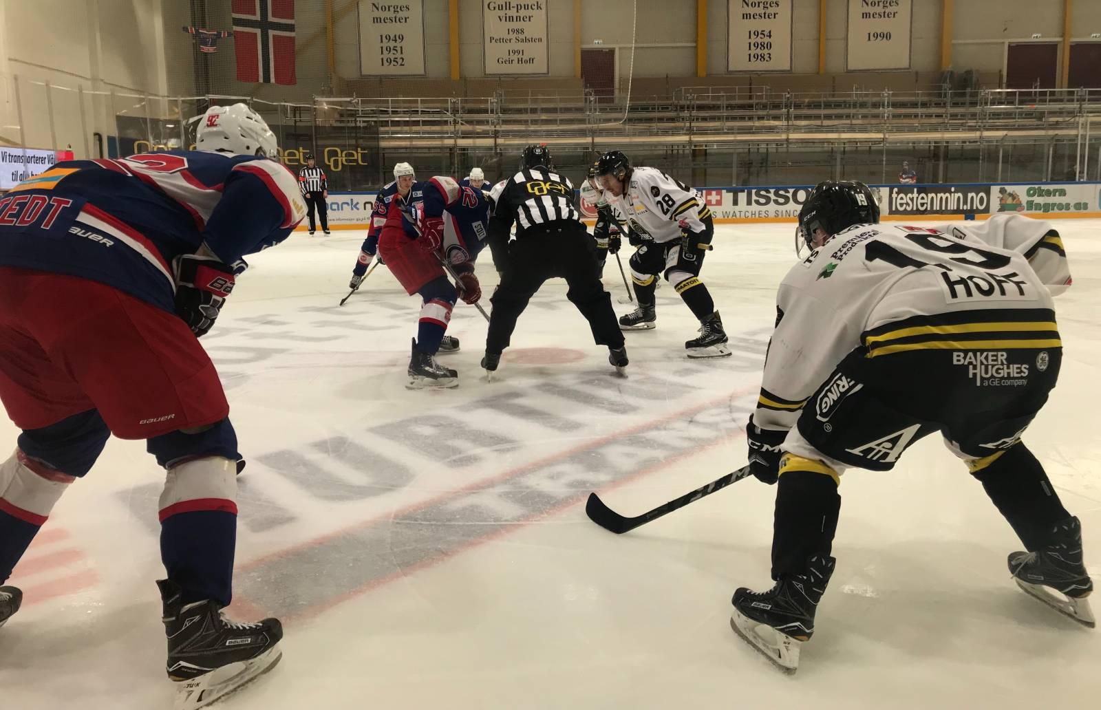 Magnus Hoff (t.h.) scoret for Oilers mot Vålerenga lørdag ettermiddag, uten at det hjalp på sluttresultatet. Vertene tok til slutt alle poengene i Furuset Forum. (foto: Peter Honore)